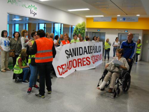 Celadores, este lunes, en el nuevo hospital/Tresyuno Comunicación