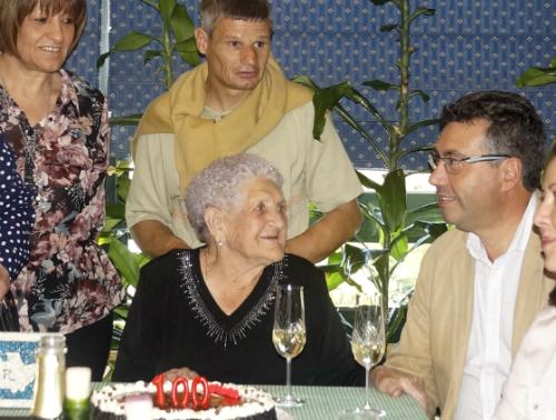 Dona Digna, onte, apagando as candeas do seu 100 cumpreanos, co alcalde de Redondela