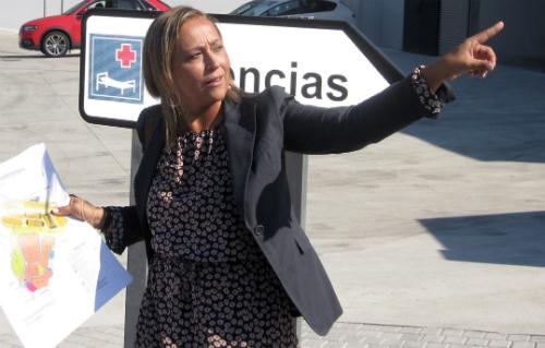 Elena Muñoz, portavoz del PP, señala, desde el nuevo hospital, los terrenos donde el Concello podrñia construir un aparcamiento