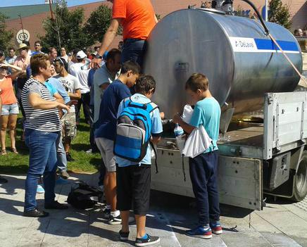 Os gandeiros regalando leite fresco en Compostela, este martes pola mañá/ Fofo: @obloque