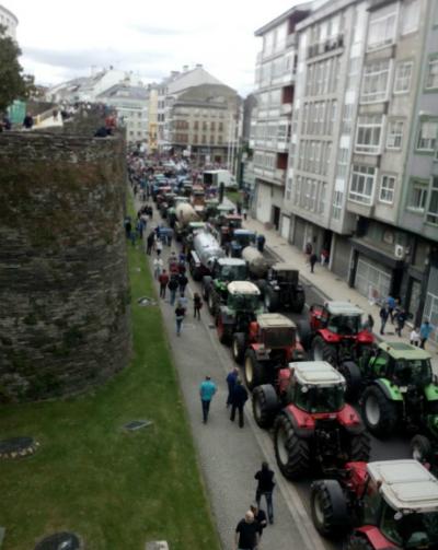 Os tractores na Ronda da Muralla/ Foto: CIG