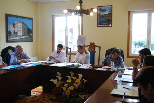 El alcalde esgrime, delante del primer teniente de alcalde, Eduardo Mariño, el informe de la Secretaría del Concello que impide seguir con el pago de los gastos de la Escuela Municipal de Música
