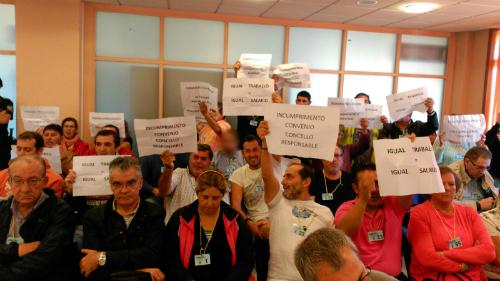 Trabajadores de la concesionaria de limpieza, este lunes durante el Pleno del Concello/Tresyuno Comunicación