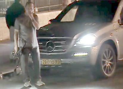 Nir Barkat, alcalde de Jerusalén, armado en la calle