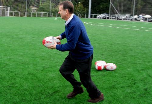 El alcalde recordando sus tiempos de jugador de rugby que, a la vista de su estilo, parecen lejanos/Tresyuno Comunicación