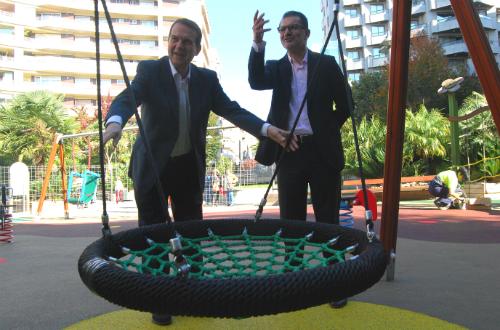 O alcalde, co conselleiro de PArques e Xardíns, Ángel Rivas, este mércores, no novo parque infaltil da Praza da Independencia/Tresyuno Comunicación