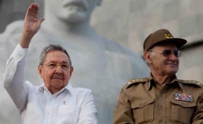 El general Colomé junto al presidente de Cuba Raúl Castro