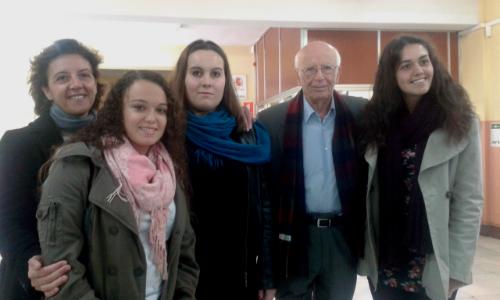 Nuria Souto, Maria Piñeiro y Jessica Miranda, con el filósofo Emilio Lledó