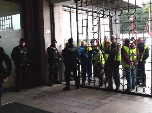 Los trabajadores, a la puerta del Concello, este martes/Tresyuno Comunicación