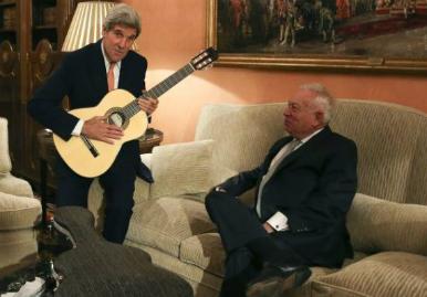 El ministro Margallo regaló a Kerry una guitarra española, de la folclórica y el torero para encima de la tele no ha trascendido nada