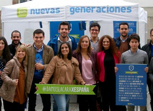 La presidenta de Nuevas Generaciones del PP, en el centro, junto a la portavoz municipal de su partido en Vigo, Elena Muñoz, y jóvenes populares, en Príncipe, este viernes