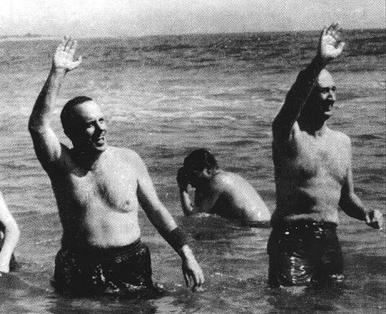 El 8 de marzo de 1966 el embajador de Estados Unidos, Angier Biddle Duke, y el entonces ministro de Información y Turismo, Manuel Fraga Iribarne, se zambullían en la playa de Quitapellejos, en Palomares, para demostrar que las bombas nucleares que se les 'perdieron' a los Estados Unidos no eran peligrosas para la población