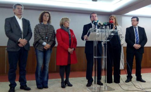 El alcalde, acompañado por la presidenta de la Diputación y varios concejales, este lunes/Tresyuno Comunicación