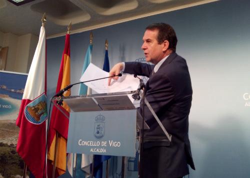 El alcalde explica el funcionamiento de la 'turbo glorieta'/Tresyuno Comunicación