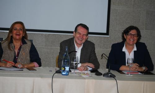 La presidenta de la DIputación, Carmela Silva, Abel Caballero y Eva García de la Torre, alcaldesa de Porriño, este domingo en Vigo