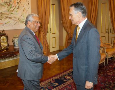 El presidente Cavaco (derecha) no disimula su seriedad al tener que nombrar primer ministro a Costa (izquierda)