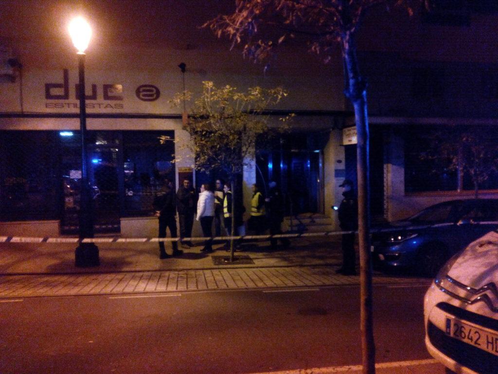 La jueza llegando al número 57 de la rúa Zamora donde se ha producido el asesinato/Tresyuno Comunicación