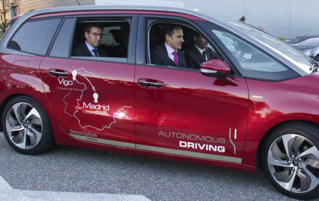 El presidente del Gobierno de Galicia probó el coche en un trayecto de su viaje