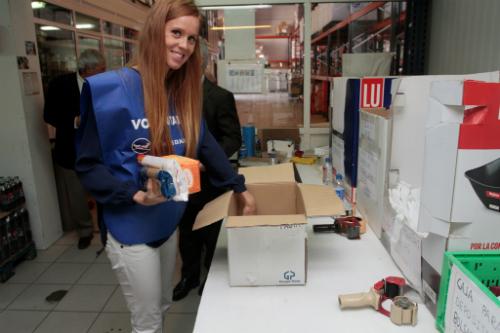 María Castro llenando caja Banco Alimentos (autor Felipe Carnotto)