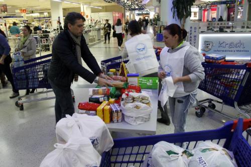 solidario entregando alimentos