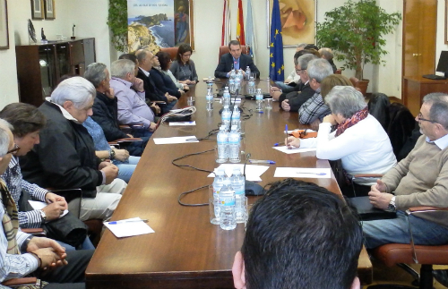 El alcalde con representantes de 25 entidades y asociaciones de la ciudad, este viernes