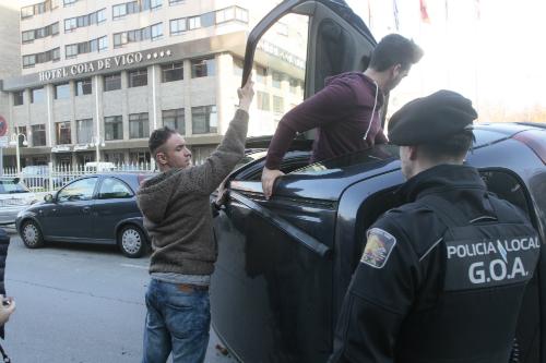 El conductor ayudado a salir del coche