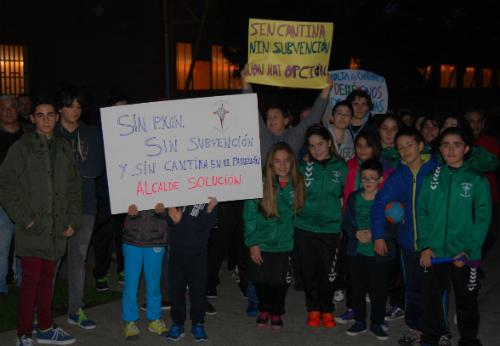 Deportistas, socios, padres y directivos del Balonmano Lavadores, concentrados este jueves/Tresyuno Comunicación