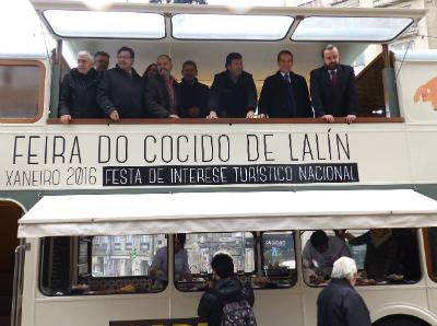 Caballero, este lunes, junto al alcalde de Lalín, durante la presentación en Vigo de la Feria del Cocido