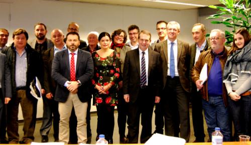 Las alcaldesas y alcaldes, con el vicepresidente del Gobierno de Galicia,  al final de la reunión/Tresyuno Comunicación