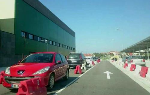 Coches aparcados alrededor del hospital Álvaro Cunqueiro de Vigo/FOto:vigoalminuto.com