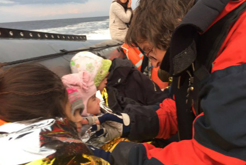 Voluntarios ayudando a refugiados que atraviesan el Egeo de Turquía a Grecia.Foto: MSF