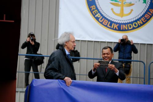 El presidente de los astilleros Freire y el contralmirante Leonardi colocan una placa en la quilla del buque
