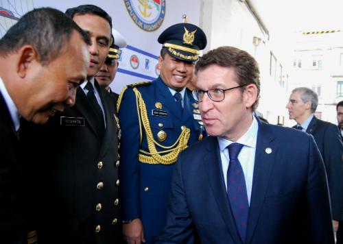 EL presidente Feijóo saluda a representantes del Gobierno y de la Armada de Indonesia