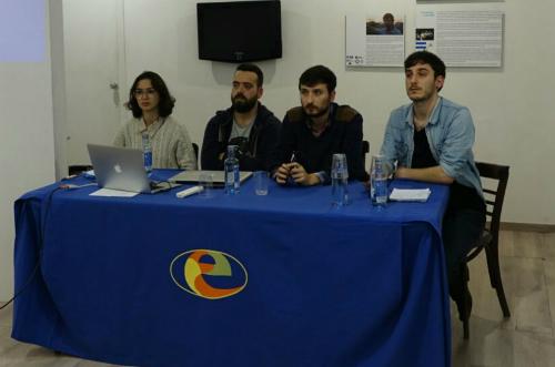 La escritoria siria Nour Al-Hussen y los periodistas vigueses Adrián Irago Felipe Carnotto y Cristian López/ Foto: @ErnestoIlkermn