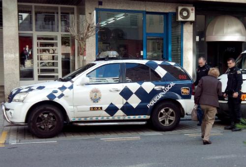 La anciana, de espaldas, con los dos policías que acudieron en su ayuda