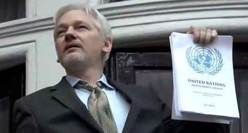 Julian Assange blande el dictamen de la ONU en el balcón d la Embajada de Ecuador en Londres