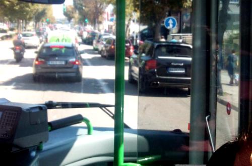Coches aparcados en Gran Vía a la salida de los colegios/Foto:vigoalminuto.com