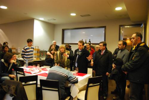 El alcalde con los vecinos de San Salvador realojados en el Hotel México/Foto:vigoalminuto