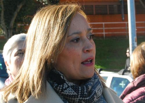 Elena Muñoz, portavoz del grupo municipal del PP, este jueves delante del Centro de Saúde de Teis/Foto:vigoalminuto.com