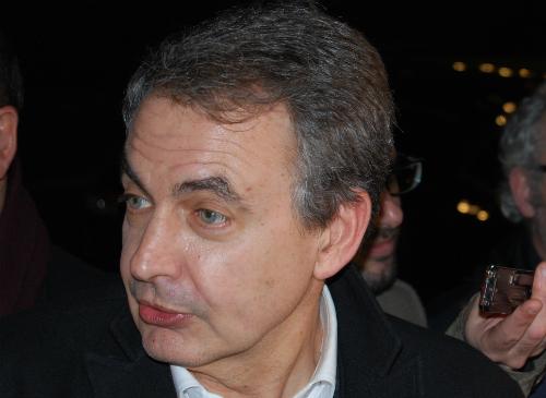 El ex presidente Zapatero atendiendo a los periodistas