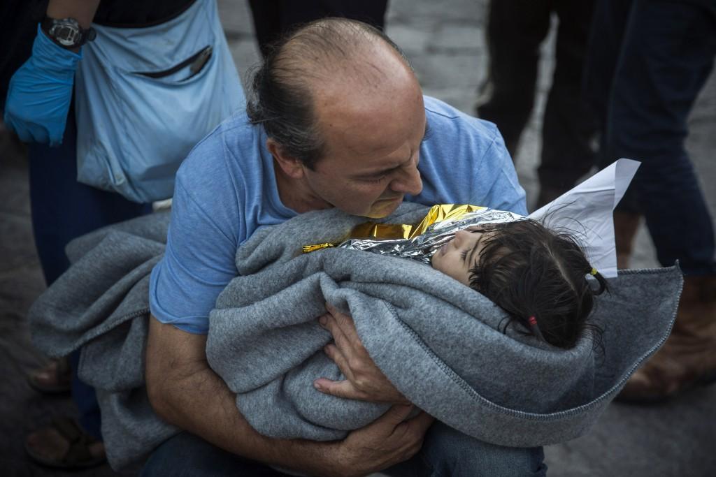 Habitantes de Lesbos ayudando a refugiados/Foto:www.japantimes.co.jp