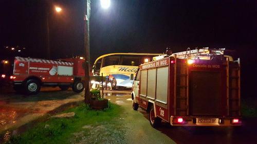 Bomberos de Mos auxiliando al conductor de un autobus
