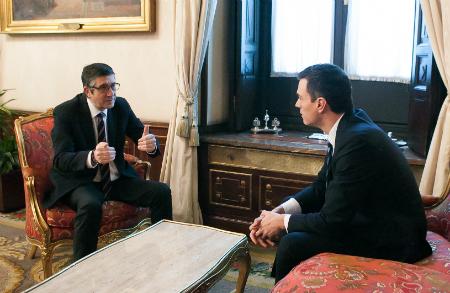 El presidente de las Cortes, Patxi López, y el candidato del PSOE a la Presidencia del Gobierno, Pedro Sánchez, este lunes