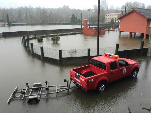 Los equipos de Emergencia interviniendo con una barca neumática en Ponteareas/ Foto:Daniel Pérez Alonso