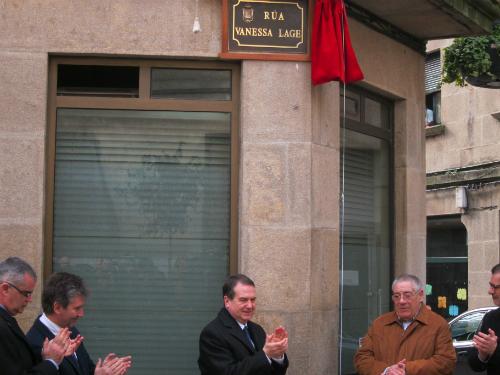 O alcalde e o paí de Vanessa no acto de inauguración da rúa que lembra á axente asasinada na cidade