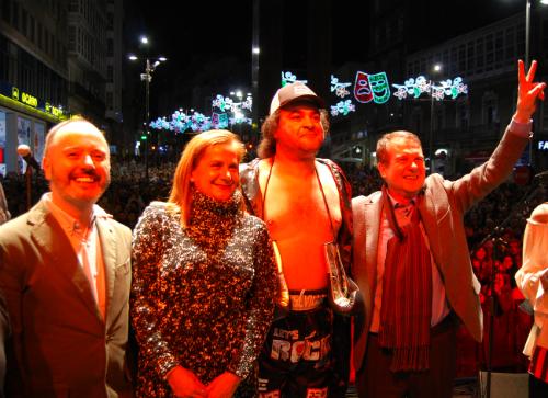 El cantante de Mojinos Escozíos, con el alcalde y la presidenta de la Diputación tras el pregón