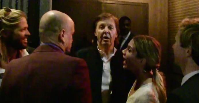 Un vigilante de seguridad impide la entrada a Paul MacCartney a una fiesta de los Grammy