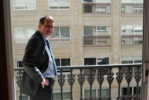 El alcalde en uno de los pisos de República Argentina (ARCHIVO)/Foto:vigoalminuto.com