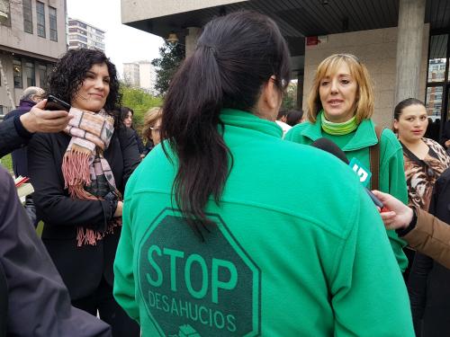 'María', este jueves,en los juzgados, atendiendo a los medios de comunicación/Foto:vigoalminuto.com