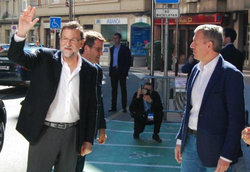 Rajoy saluda a su llegada al congreso del PP, en Pontevedra